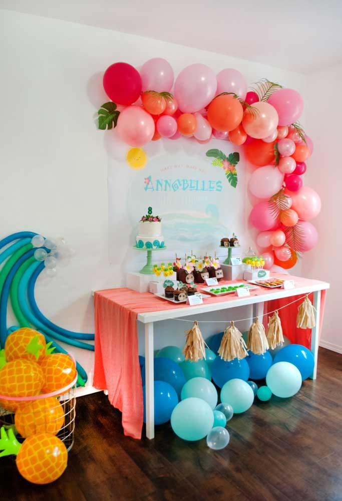 Os balões desconstruídos são perfeitos para decorar a festa de Moana