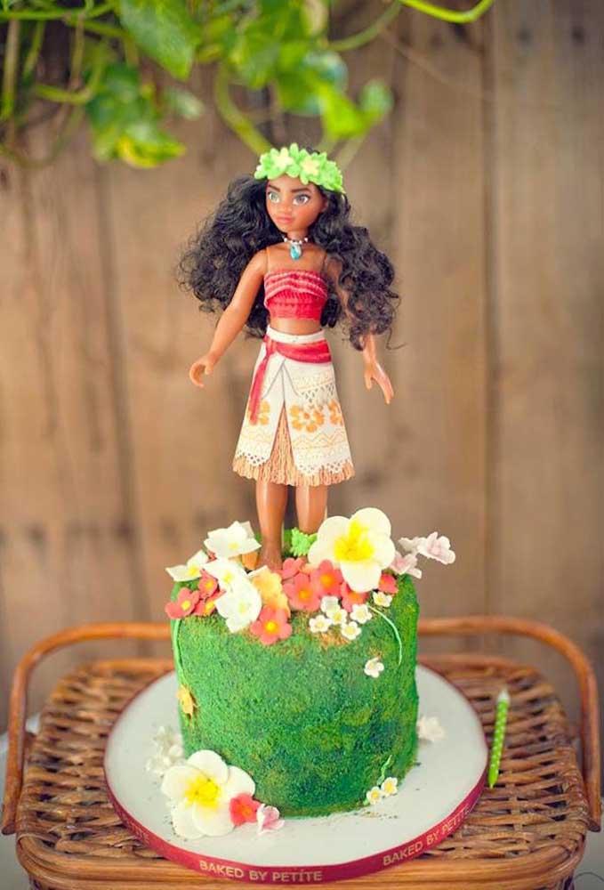 No topo do bolo coloque a boneca da Moana