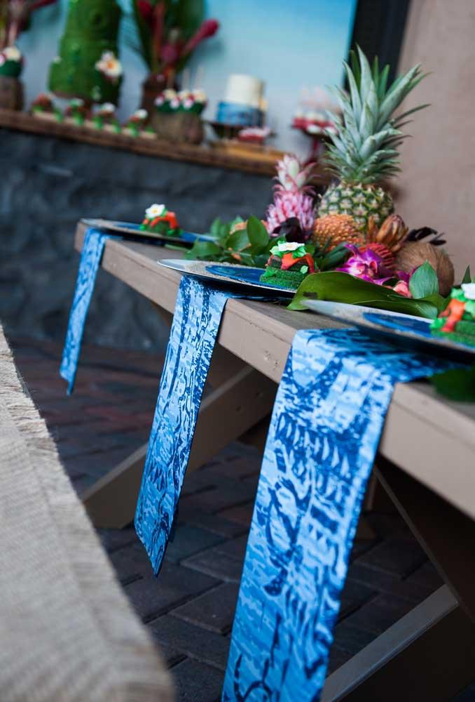 A toalha da mesa deve seguir o tema da festa