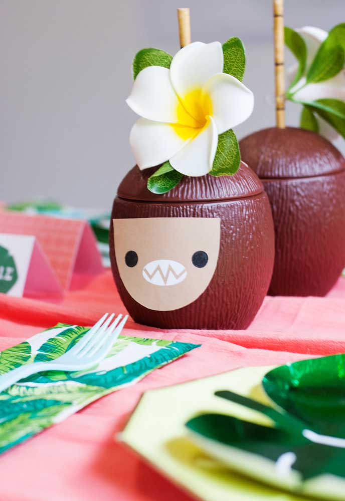 Decore a mesa com coco artificial