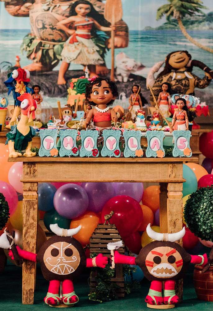 Aposte em uma mesa colorida e com muitos personagens