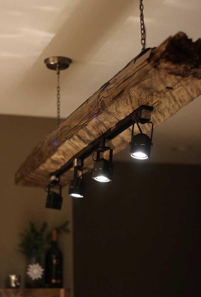 Ou transforme um grande tronco em uma luminária de teto