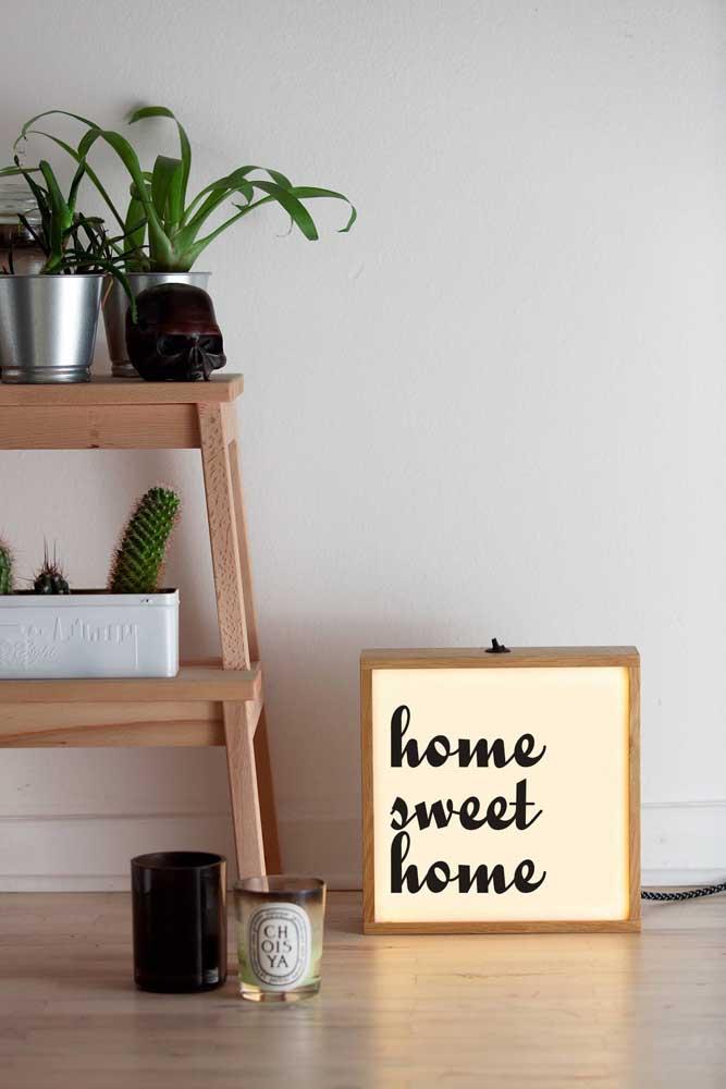 O lightbox é a nova tendência para iluminar os ambientes, já que você pode usar em qualquer cantinho da casa. Esse modelo apesar de ser madeira, deixou o espaço mais moderno