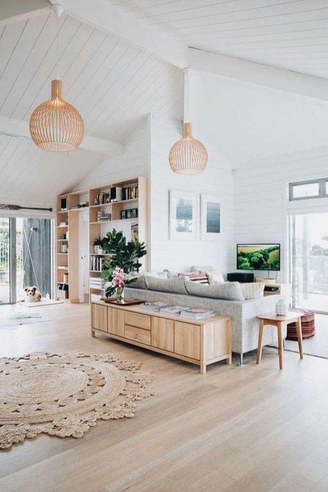 Uma simples luminária de madeira pode destacar o ambiente