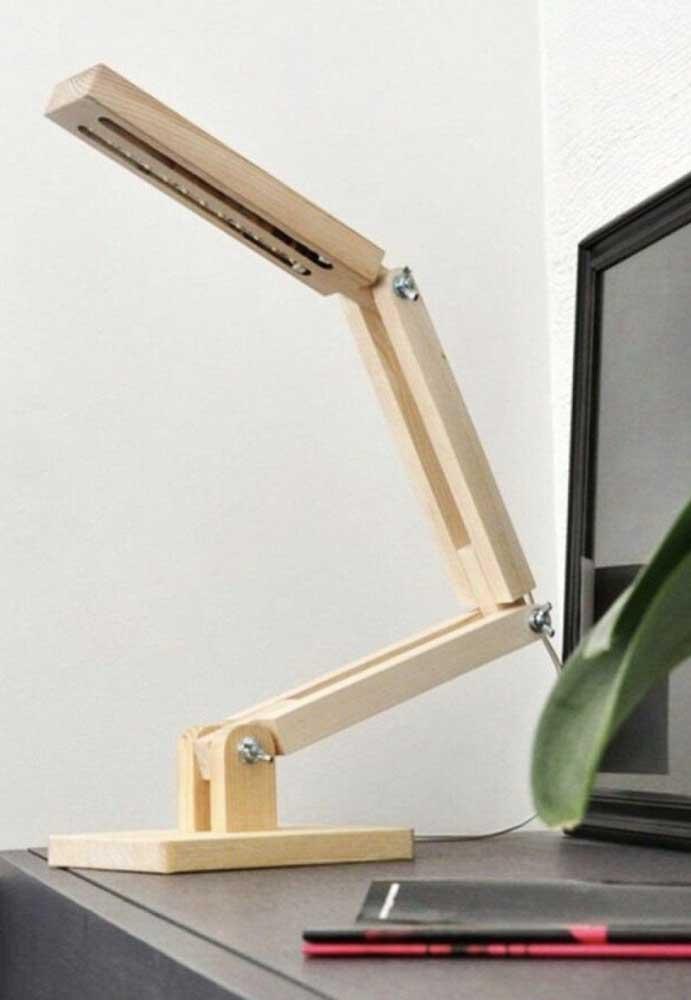 Com a madeira é possível fazer uma luminária que atenda às suas necessidades