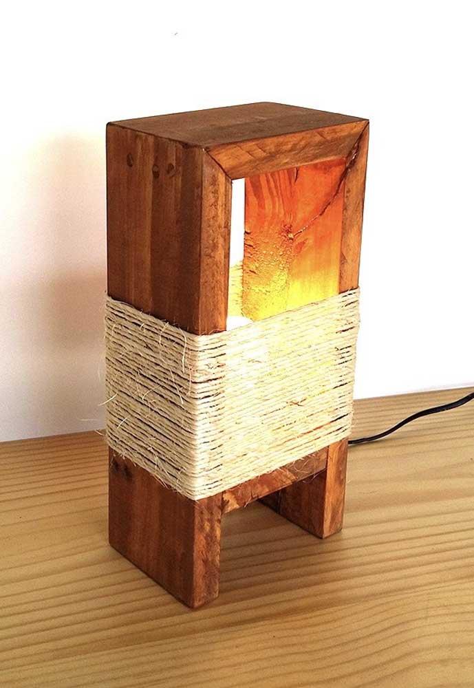 Usando materiais artesanais você consegue fazer uma luminária de madeira fantástica