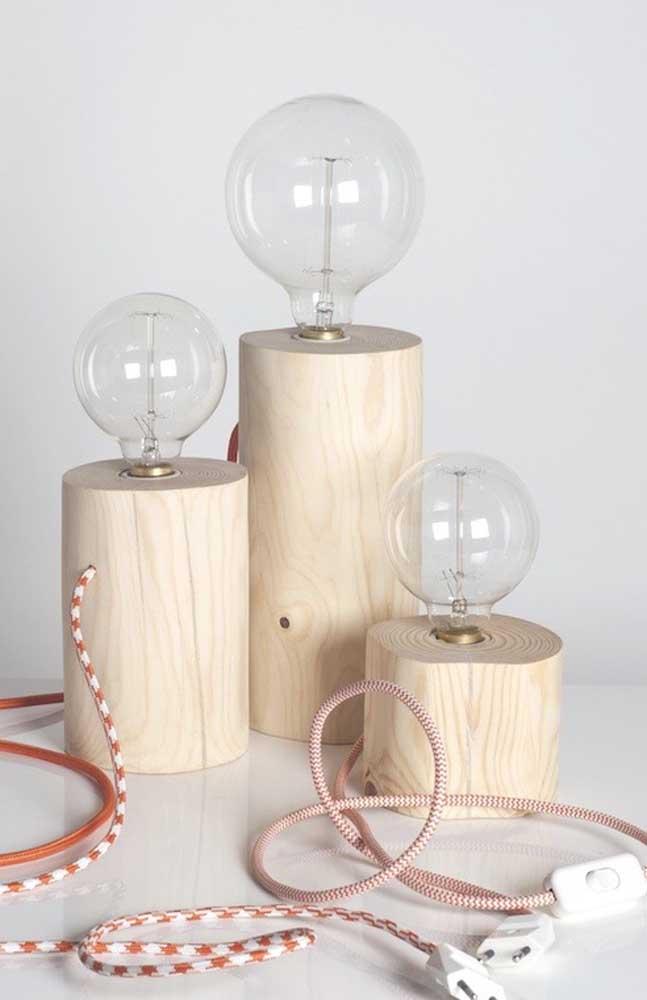 Faça luminárias de madeira de tamanhos diferentes