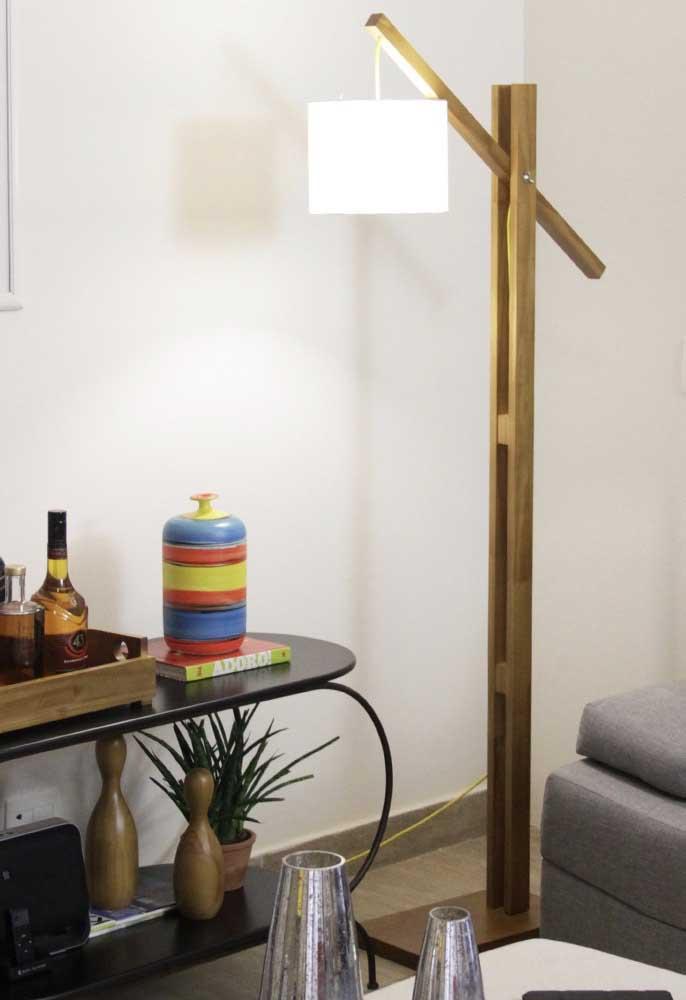 A luminária de piso e que seja alta consegue iluminar todo o espaço
