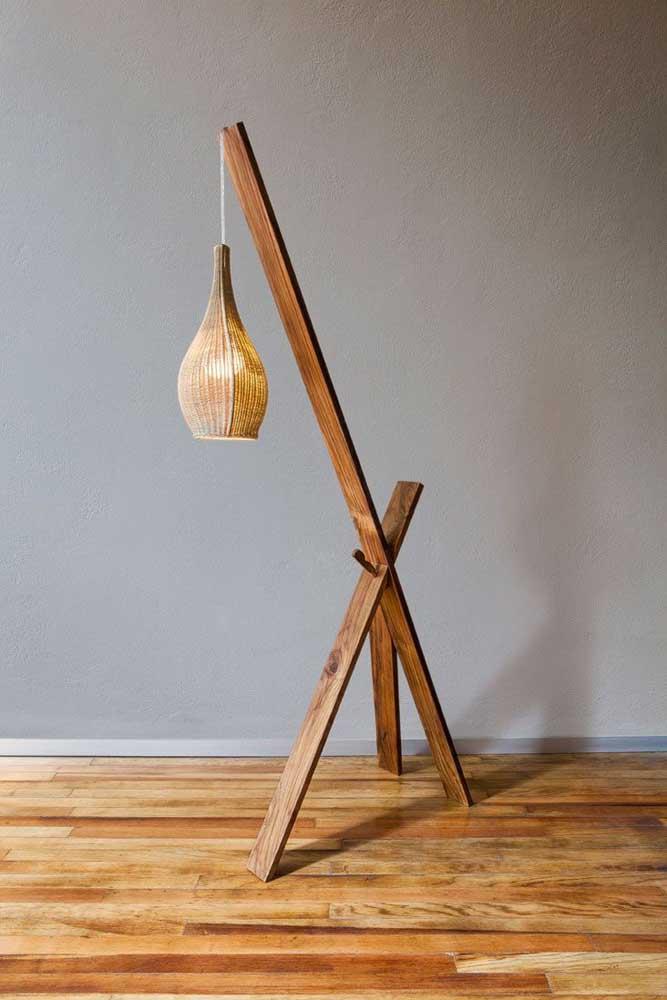 Com alguns pedaços de madeira é possível criar uma luminária simples para colocar no cantinho da casa