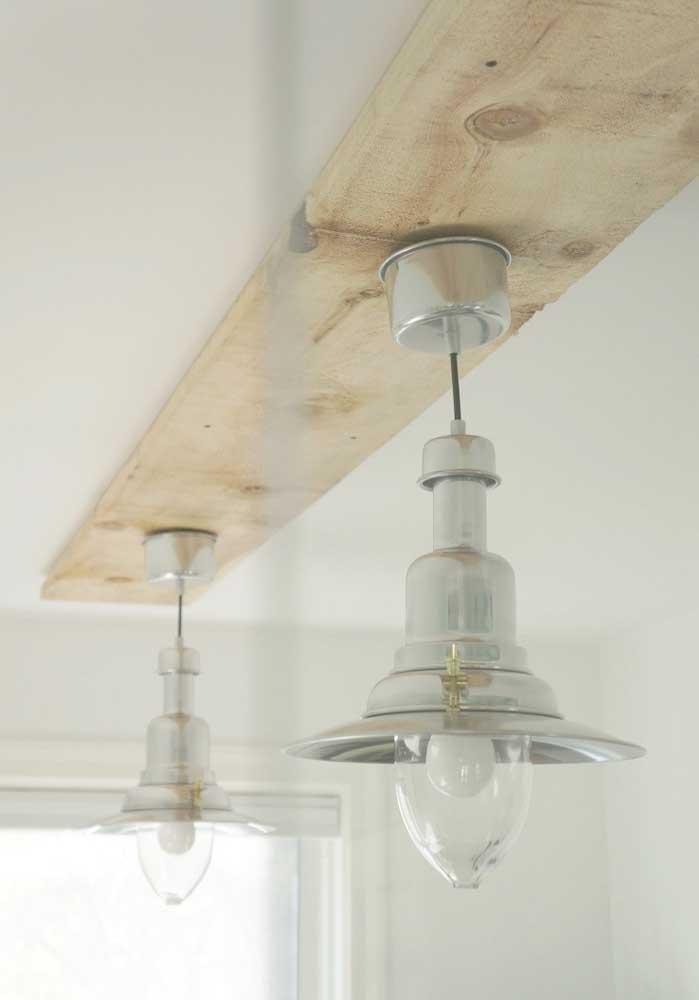 Combine a madeira com alumínio para fazer uma luminária de teto