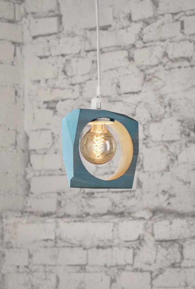 Pinte a madeira para deixar a luminária combinando com a decoração do ambiente