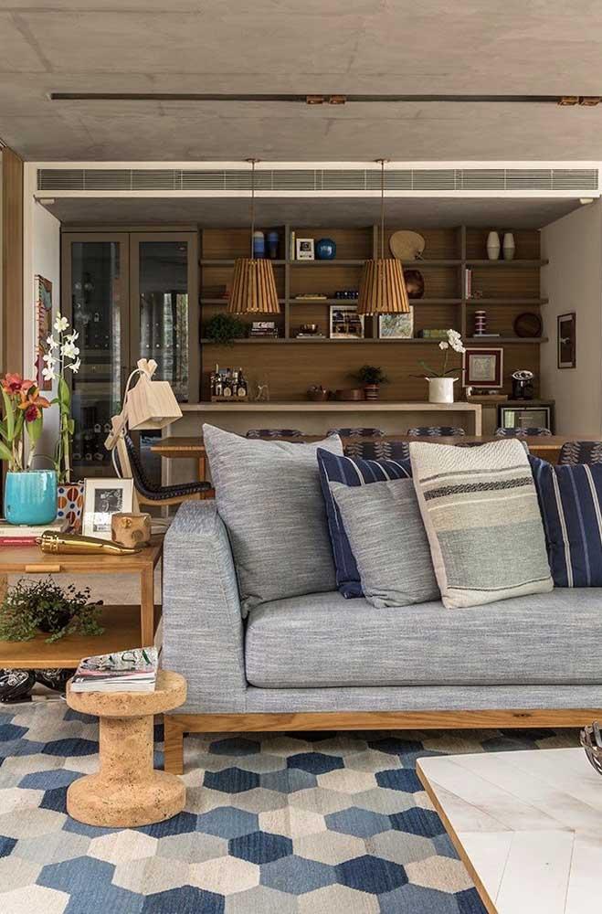 A luminária de madeira combina com todo cenário rústico da casa
