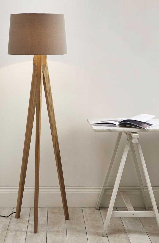 A luminária de chão de madeira pode ser uma excelente opção para iluminar o espaço dos estudantes