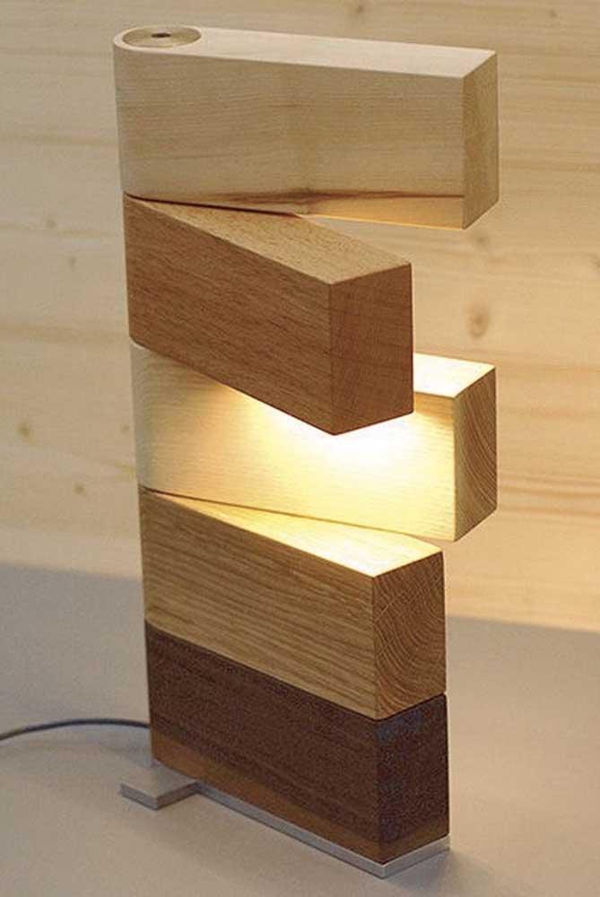 Com um formato diferenciado essa luminária pode ser direcionada para o seu trabalho colaborando com uma boa leitura ou trabalhos manuais