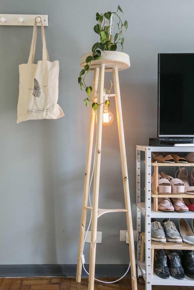 Você pode aproveitar um banco alto de madeira para fazer uma luminária, basta pendurar uma lâmpada embaixo do assento. Depois você pode decorar do seu jeito