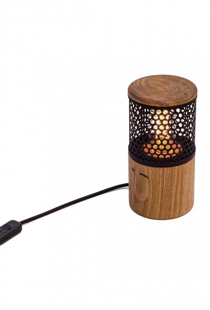 Até um candelabro moderno é possível fazer com madeira
