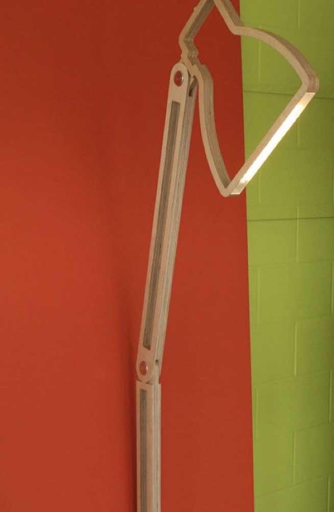 Para quem precisa de luz suave pode apostar nesse modelo de luminária de madeira