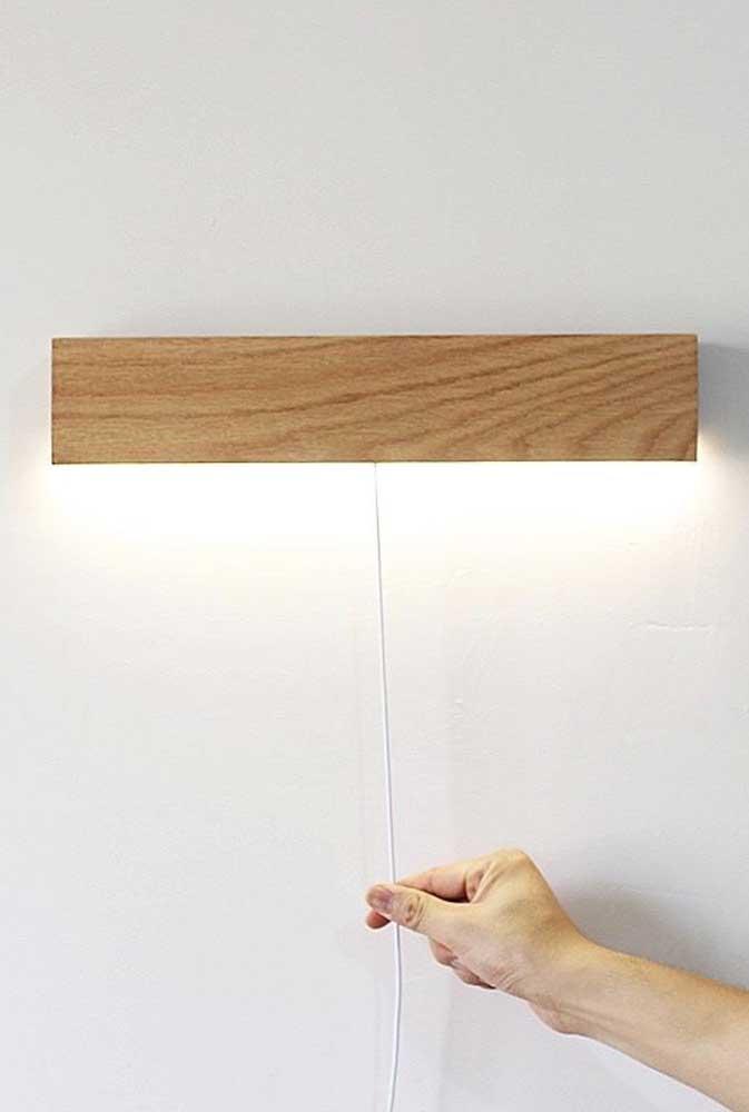 Com um clique você consegue acender essa luminária de madeira