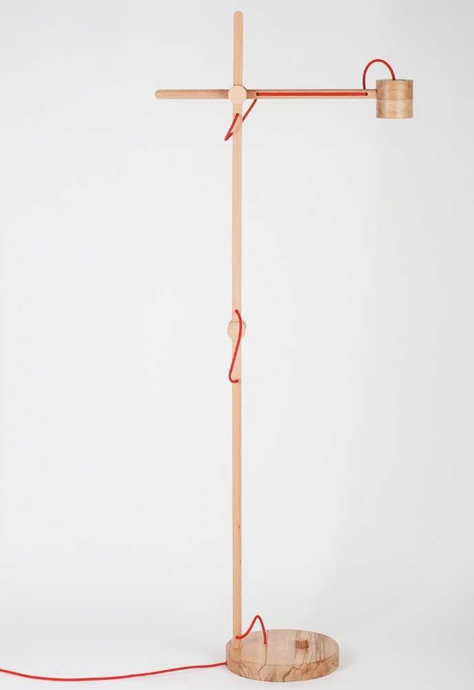 Esse é um modelo mais simples, mas interessante para quem gosta de luminária de piso