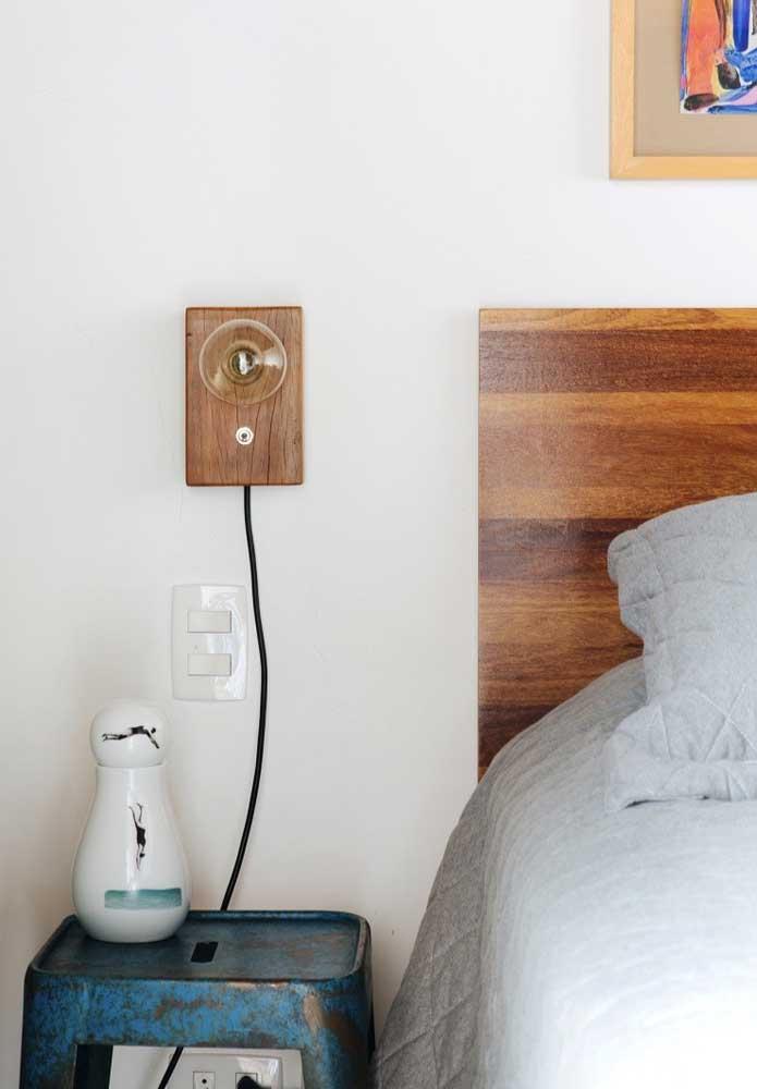 Luminária de madeira para colocar na parede que pode ser feita de forma simples e artesanal