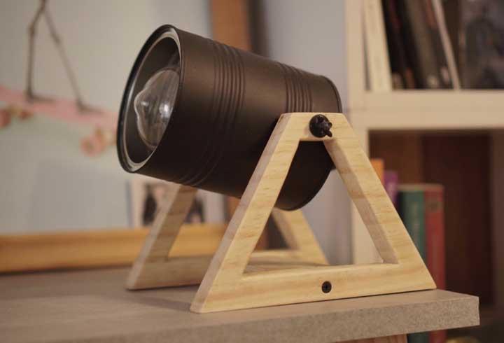Reaproveite as latas que você geralmente joga fora e crie uma luminária totalmente artesanal ao misturar com a madeira