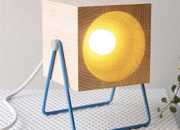 Para quem precisa de uma luz direcionada para o que está fazendo, esse modelo de luminária é o ideal