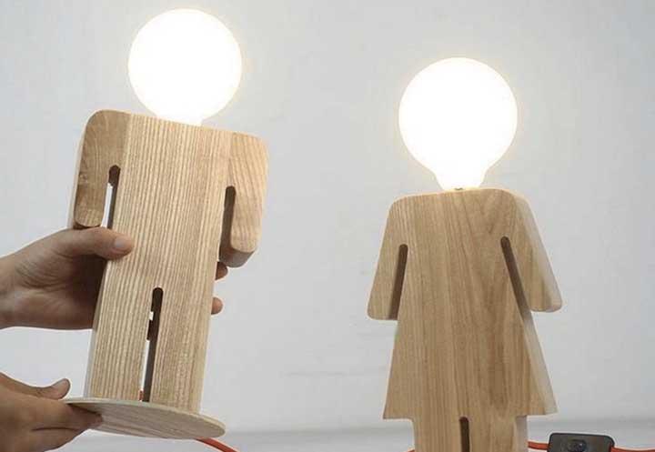 Para colocar no quarto da criançada, luminária de madeira no formato de boneco