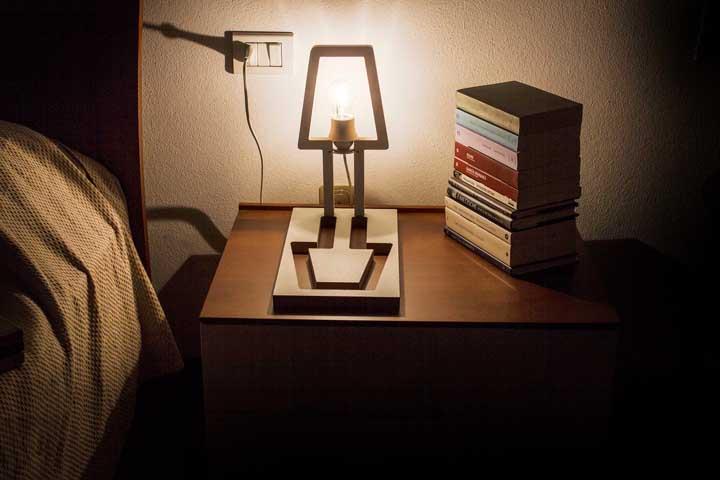 O recorte da luminária acaba se transformando no seu próprio suporte. Mais inovador, impossível
