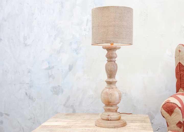 Ao invés de luminária, use um abajur de madeira