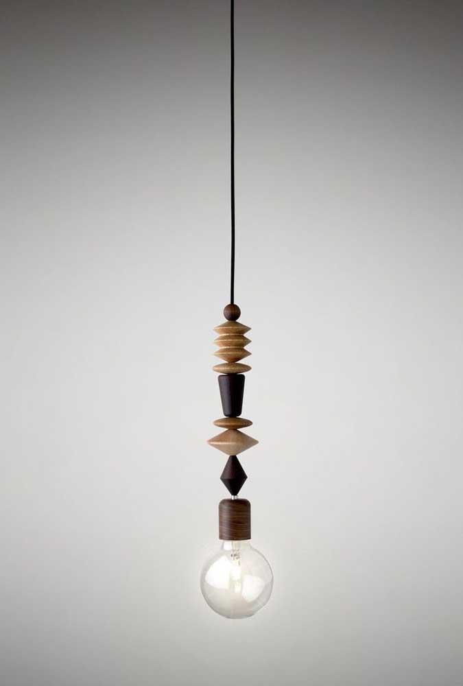 Com vários tipos e cores de madeira você pode fazer uma luminária incrível. Encaixe os pedaços para montar a luminária e depois pendure no teto para que ela fique suspensa