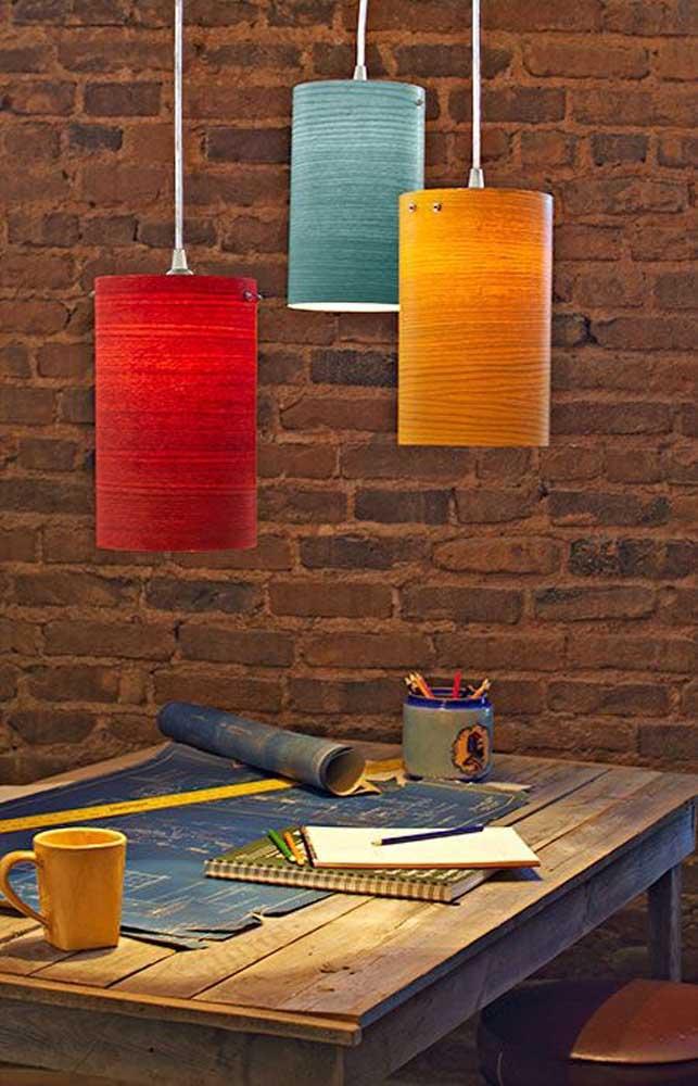 Usando a cor de tinta de sua preferência, você consegue fazer lindas luminárias para combinar com a decoração do ambiente