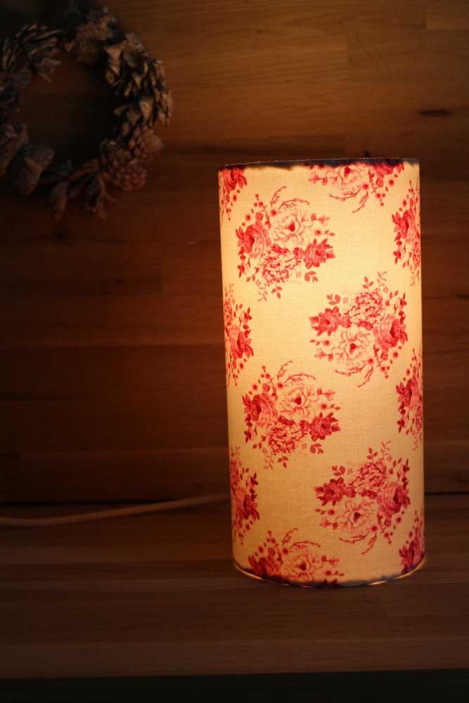 A delicadeza presente na luminária deixa o ambiente mais aconchegante