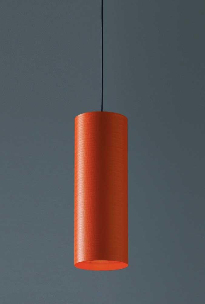O que acha de usar uma luminária com uma cor mais forte?