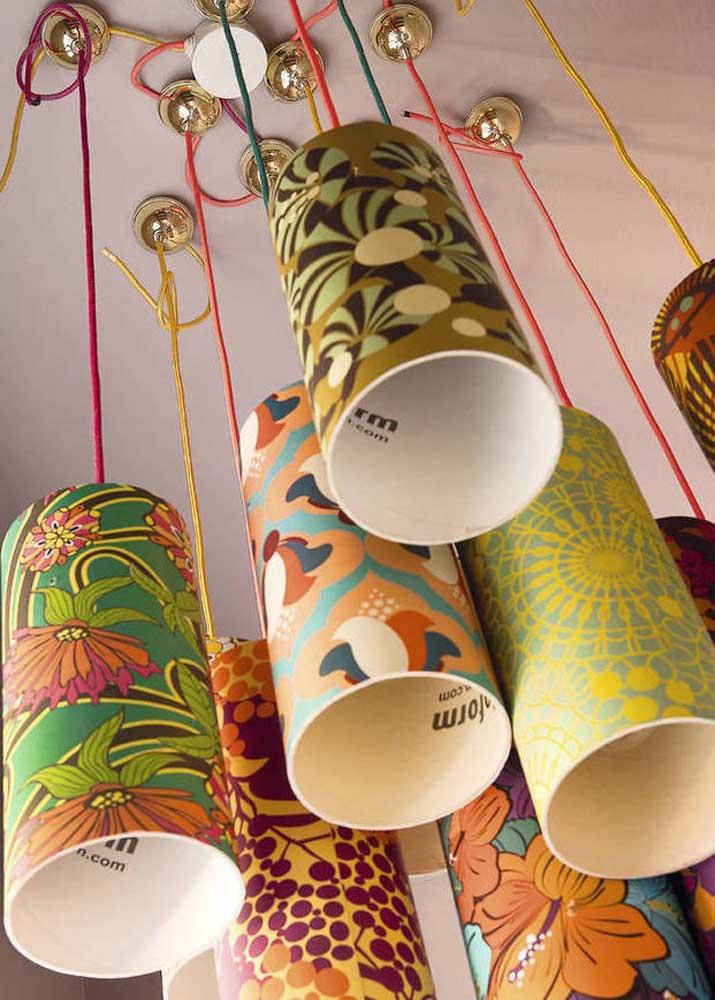 Que tal fazer um lustre com várias luminárias de PVC customizadas? O resultado é incrível!