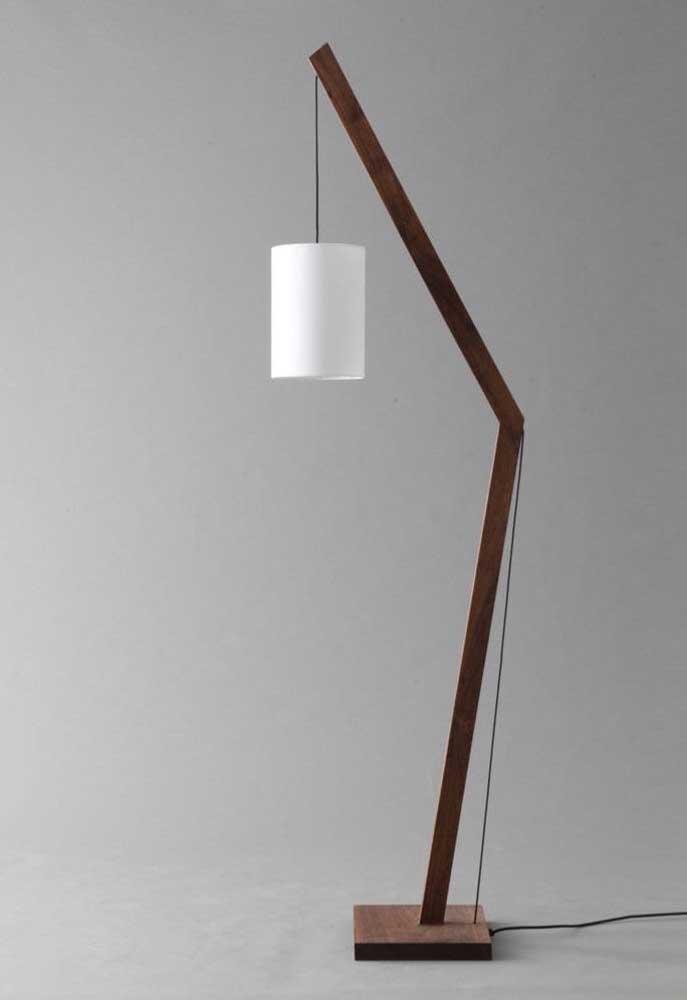Com madeira e PVC você pode fazer uma luminária para colocar tanto no chão quanto em cima de alguma mesa