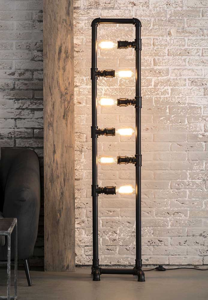 Sabe aqueles canos de pia? Você pode usá-los para fazer uma luminária diferente. Para isso, você deve encaixar peça por peça até chegar ao formato desejado. As lâmpadas se encaixam perfeitamente nas conexões