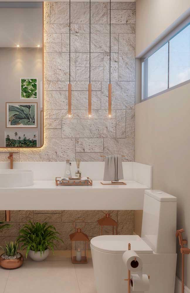 A cor rosé gold é a grande tendência de decoração e pode ser usada nos mais variados elementos do banheiro, até mesmo na luminária de PVC