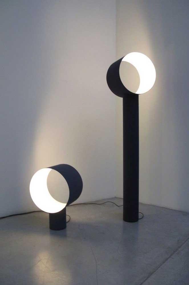 Você pode fazer uma luminária de PVC de diversos tamanhos como essas de pé