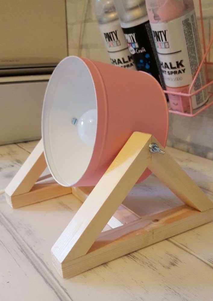 Com um bom serviço de marcenaria e pintura, você faz uma linda luminária de mesa