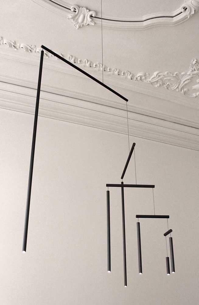 Pendure alguns canos de PVC de tamanhos diferentes no teto da sala