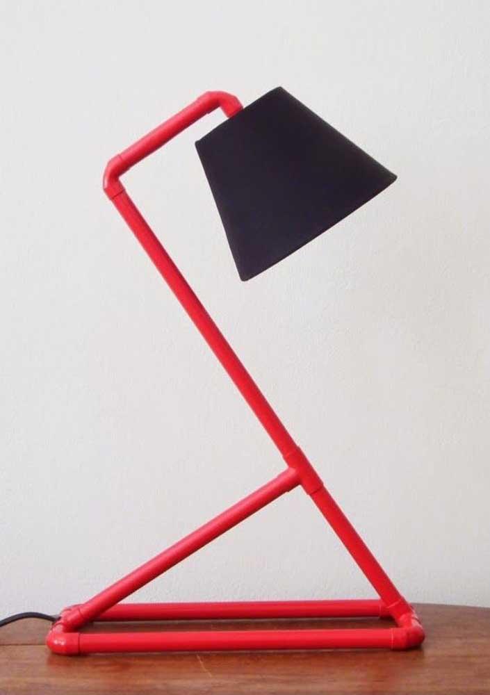 Como os canos de PVC possuem vários encaixes, é possível montar uma luminária no formato que você deseja