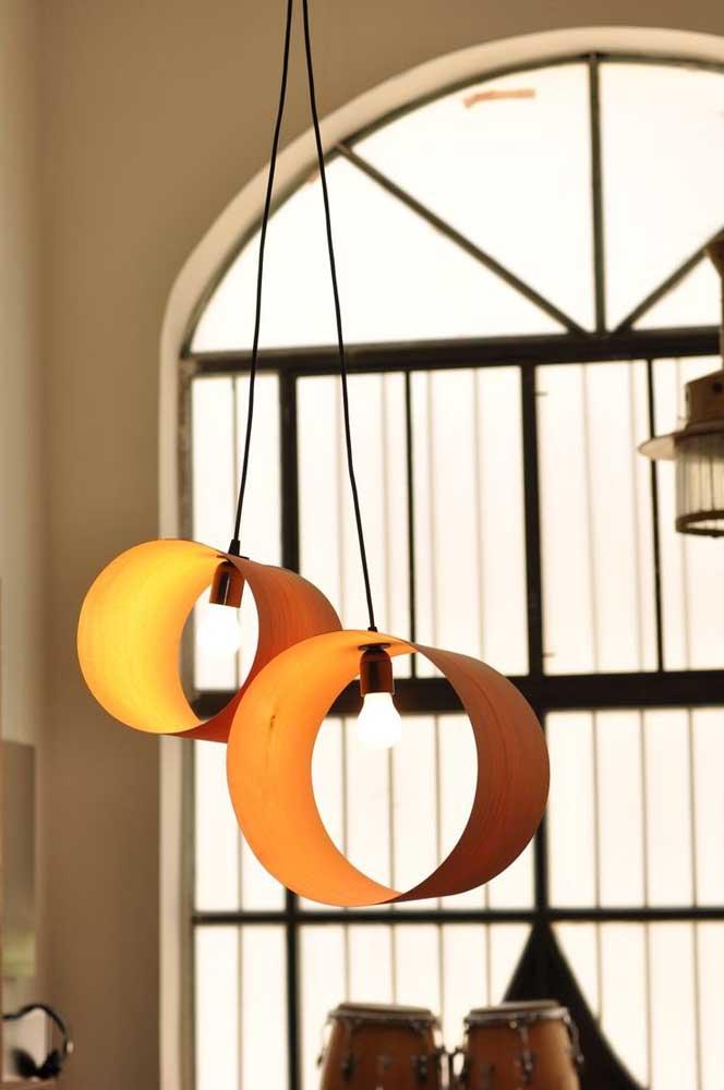 Como o PVC é um material leve, pode ser usado como luminária pendente