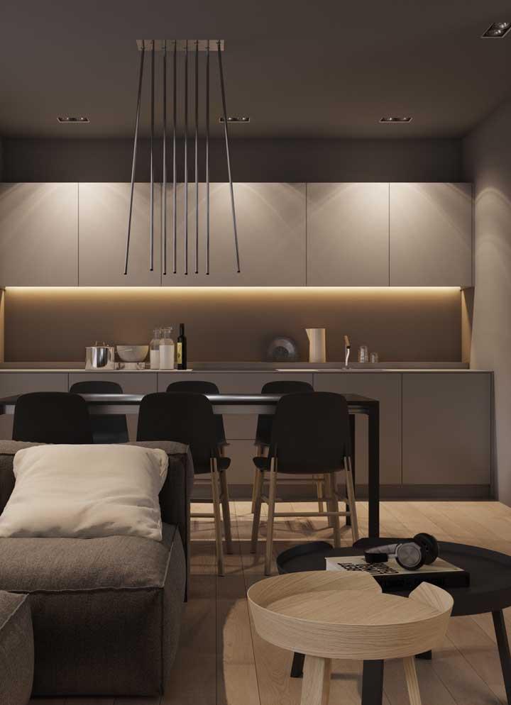 Os canos bem finos pendurados no teto se transformam em uma luminária perfeita para colocar em cima da mesa de jantar