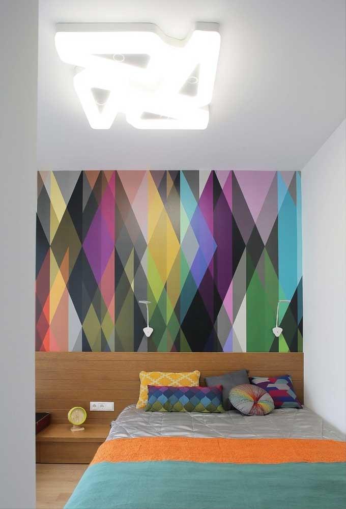 Adolescente gosta de cores fortes e que chamem atenção. Nesse caso, um papel de parede colorido fica perfeito para manter um clima mais animado.