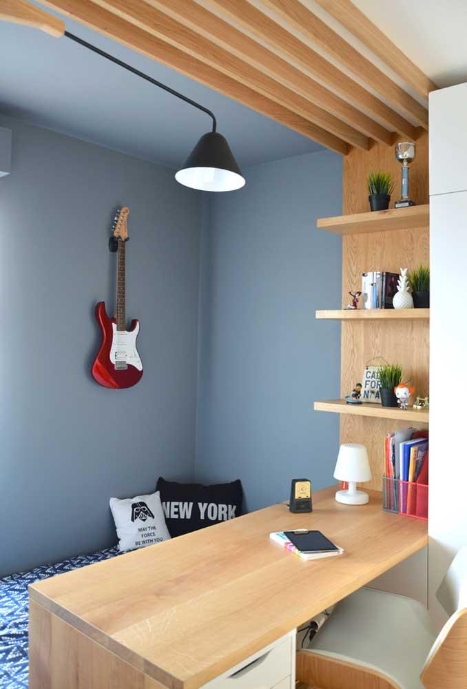 Dentro de um mesmo ambiente é possível criar um espaço para descansar e outro para estudar. Para destacar a decoração, use alguns elementos decorativos com a personalidade do adolescente.