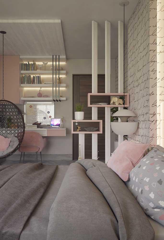 O quarto de adolescente feminino ganha leveza com cores suaves como o rosa e o cinza. O destaque fica por conta da organização dos móveis que deve seguir um padrão que combine com a adolescente.