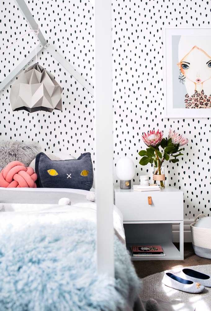 Para deixar o quarto mais amplo, aposte no papel de parede claro com alguns detalhes para chamar atenção. Outros elementos como luminária e quadros devem apenas complementar a decoração.