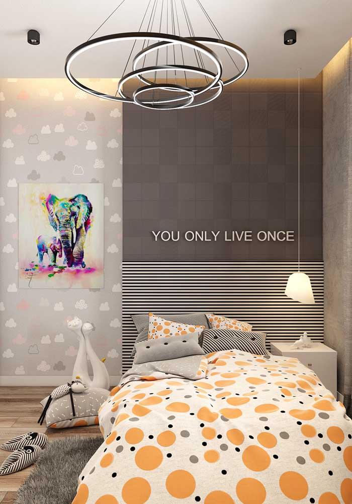 Se a intenção é fazer um quarto de adolescente mais sóbrio a cor cinza pode predominar no ambiente. Além disso, você pode decorar a parede com uma bela frase de incentivo.