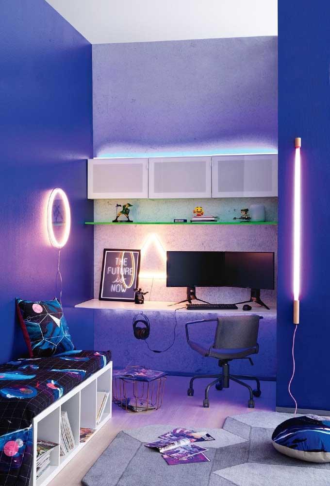 As luzes neon predominam na decoração desse quarto de adolescente. O mais interessante é que a cor azul consegue se destacar no cenário, além dos móveis e itens decorativos.