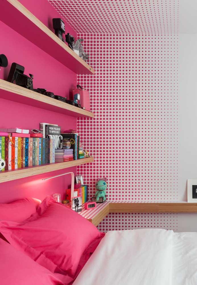 Para as adolescentes mais românticas, o rosa deve ser a cor predominante do quarto. Para diferenciar as cores da parede, você pode usar uma estampa de papel de parede em cada canto.